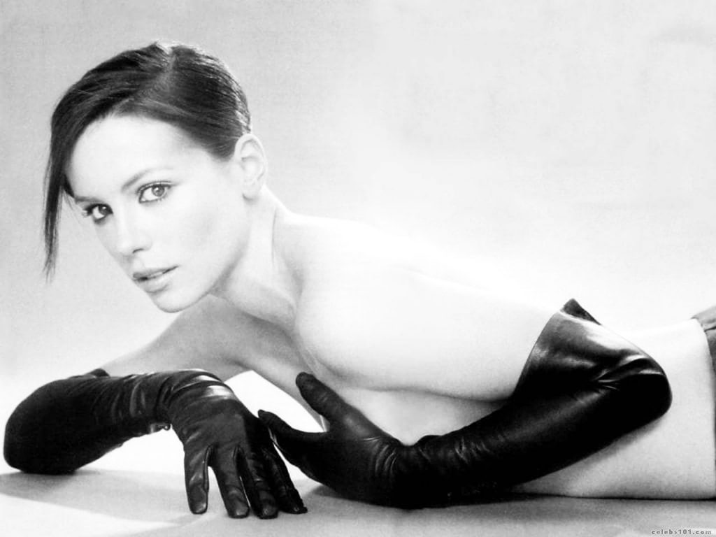 Kate Beckinsale hiding naked boobs