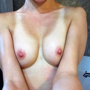 Maisie Williams naked tits
