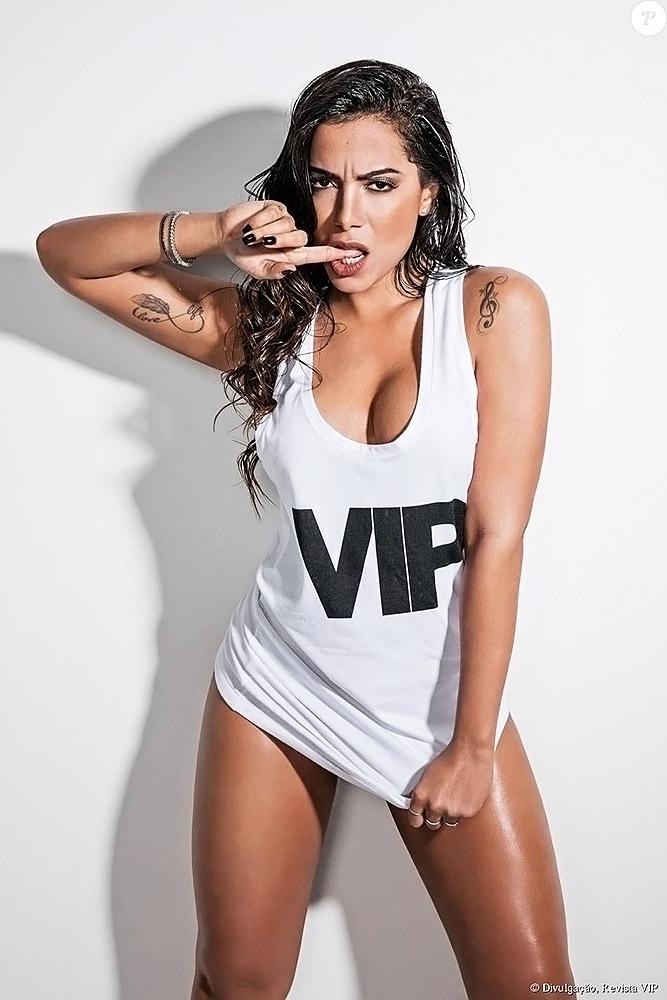 Anitta almost naked