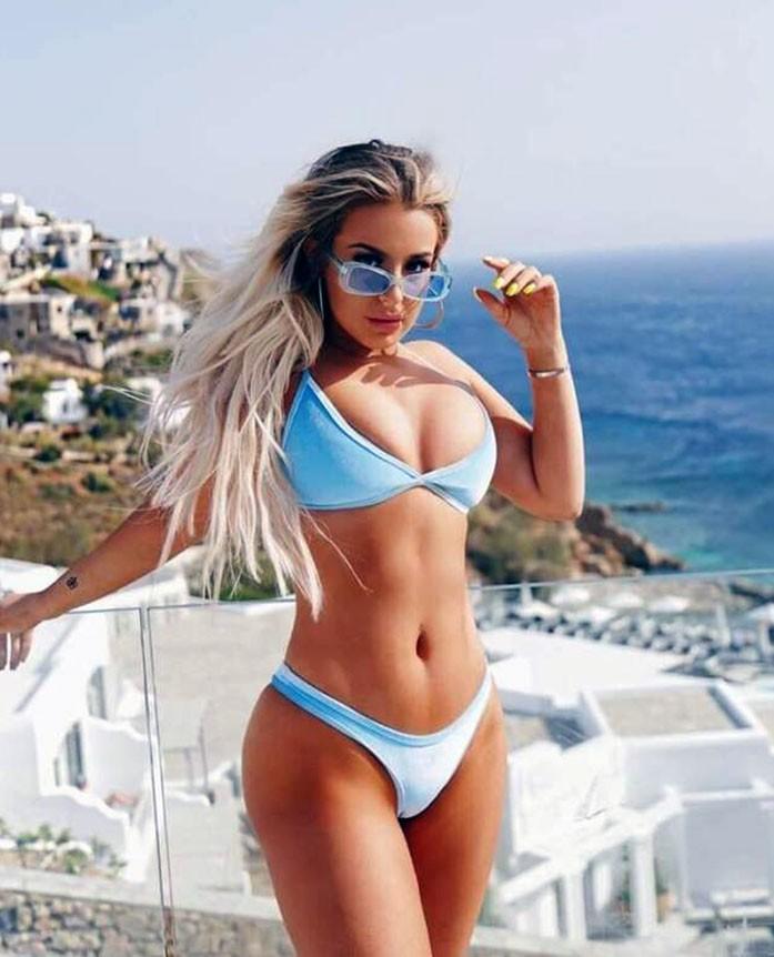 Tana Mongeau hot
