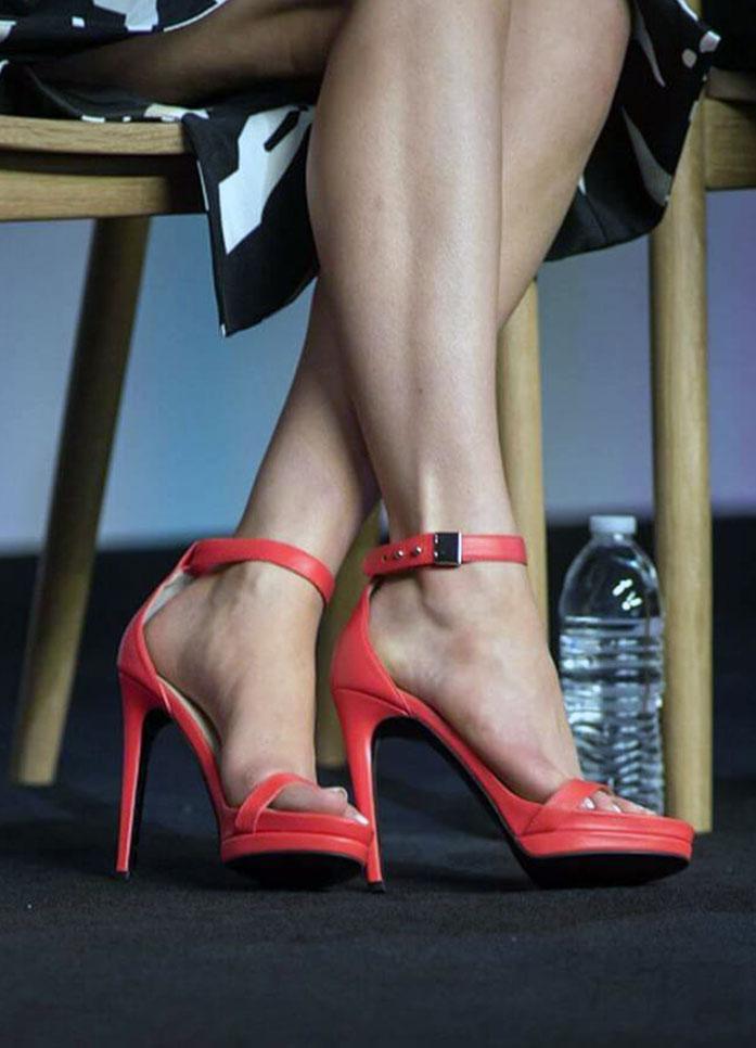 Elizabeth Gillies feet