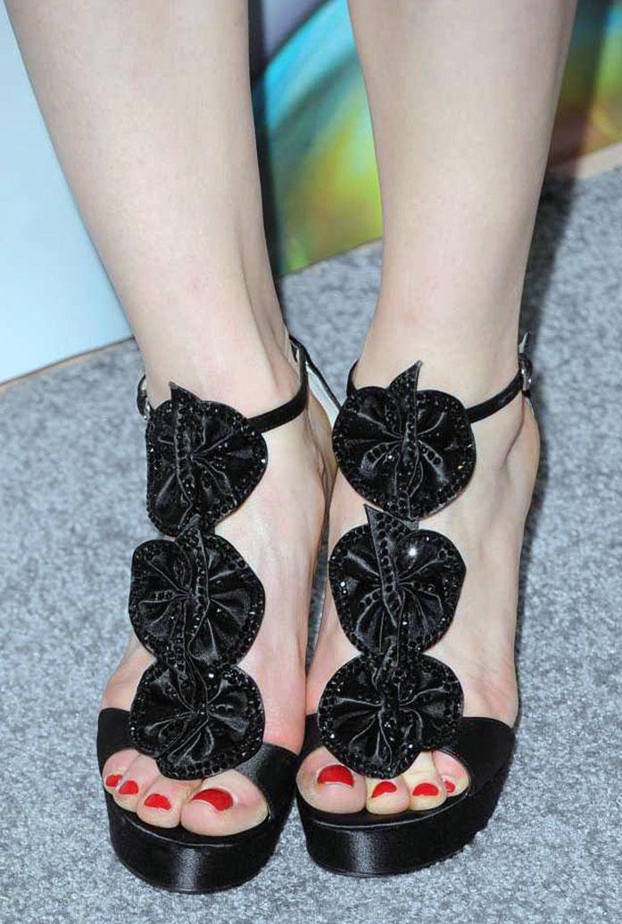Ellie Kemper feet