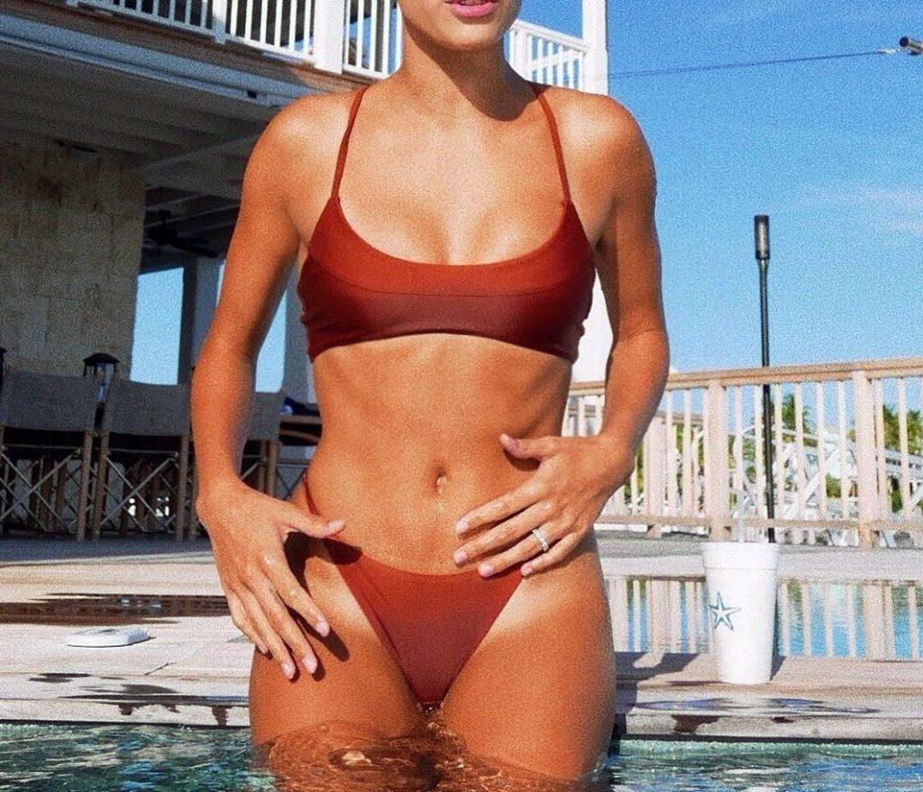 Hailey Baldwin boobs