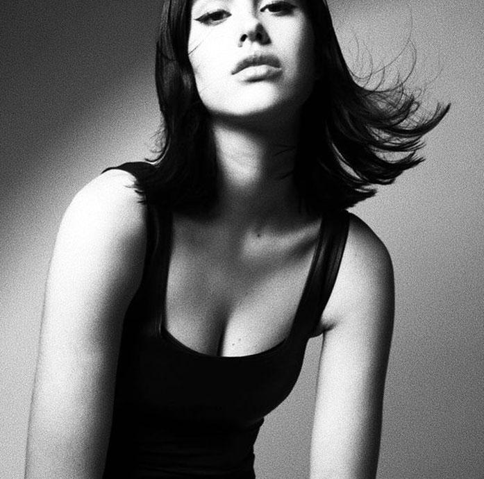 Amelia Gray Hamlin cleavage