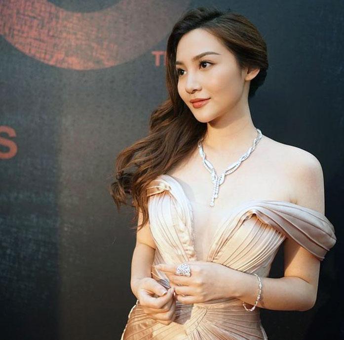 Ashina Kwok cleavage