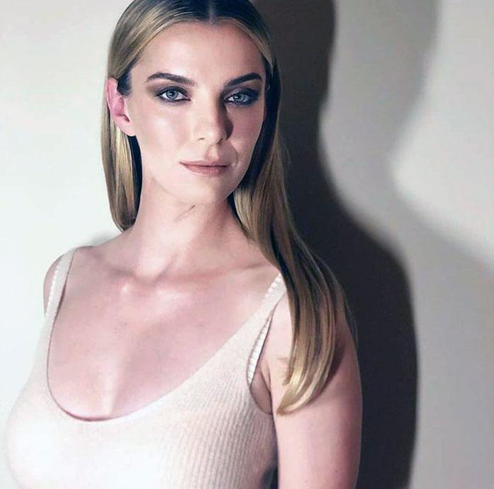Betty Gilpin boobs
